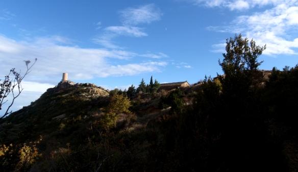 La Ermita de la Virgen de Sescún y la atalaya desde el camino al lavadero