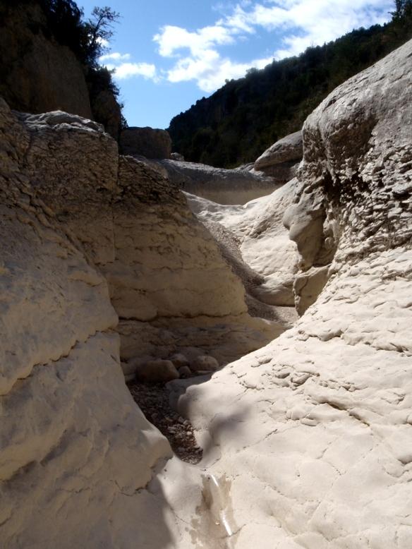El paisaje seco del joven vero en el estrecho debajo de Almazorre