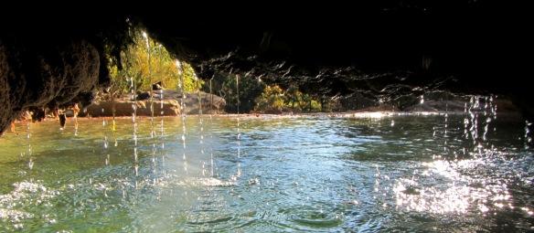 En la cueva debajo de la cascada