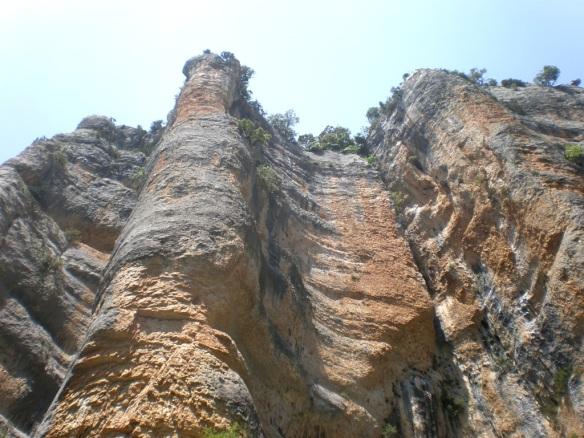 Los paredes en la orilla derecha cerca de la Fuente del Onso