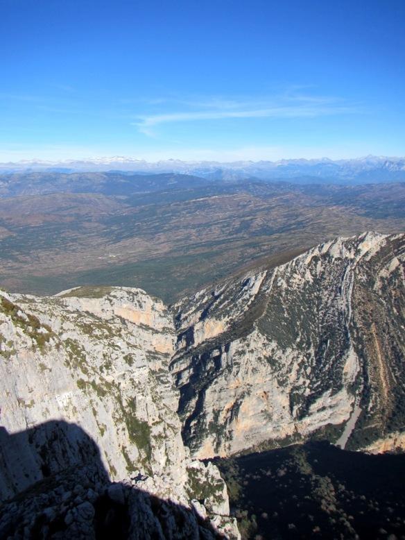 Vistas a las Gorgas Negras con el Pirineo al fondo