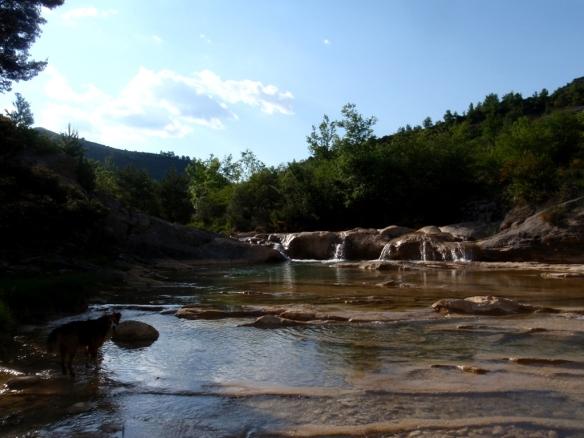 El río cerca de la pasarela