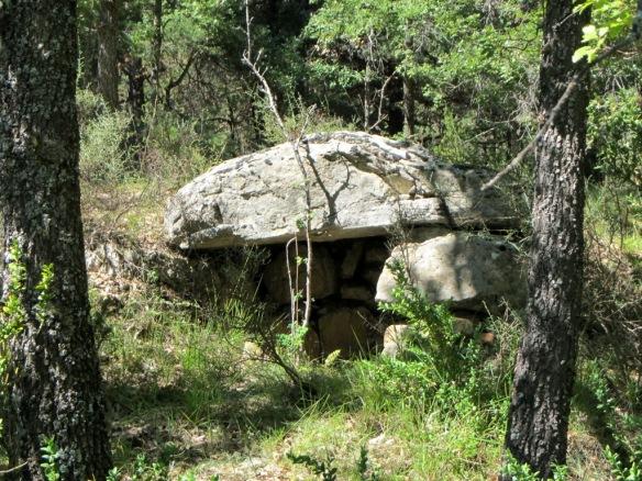 Una caseta de piedra incrustada en el muro de apoyo