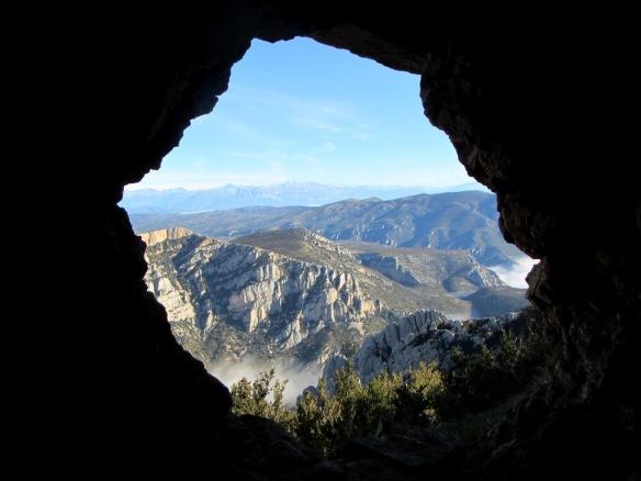 Un vistazo por el ventanal en el acceso a la Fuente Charrachón