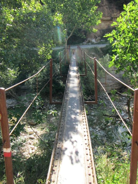 El puente debajo del pueblo por el cual cruza el GR el Isuala