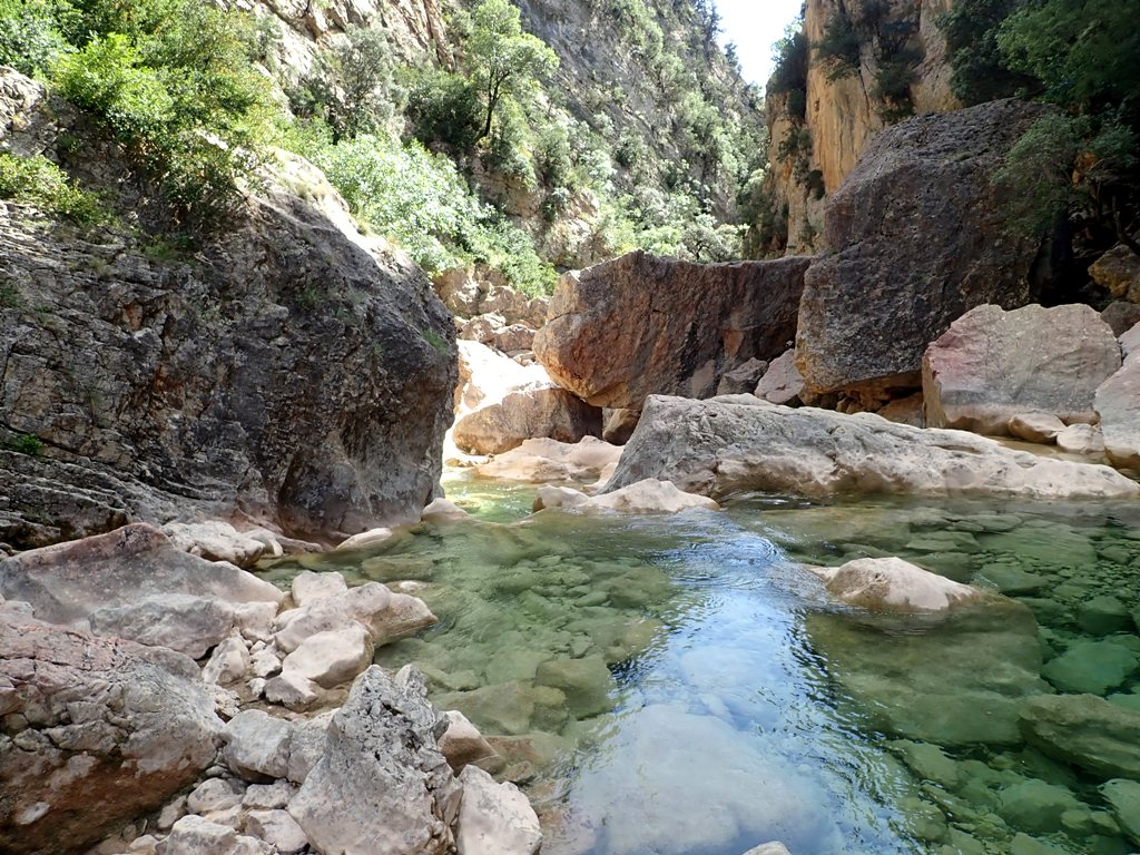 Bloques que oprimen el río
